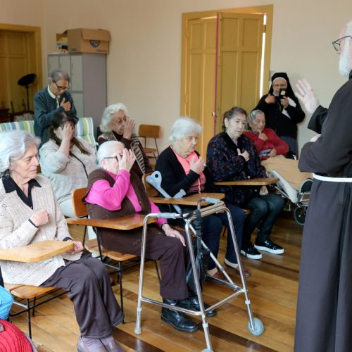 En el Día del Abuelo, Celestino Aós visitó hogar de ancianos